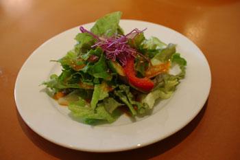 横浜鶴見にあるスペアリブのお店「プライム・リブ」のサラダ