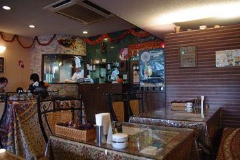 北山田にあるインドカレーのお店「ラディカ」の店内