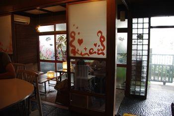 西横浜にあるカフェ「夏至茶屋」の店内