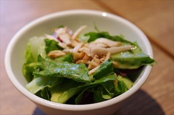 横浜西口エリアにあるカフェ「カッフェ ビーンデイジー」のサラダ