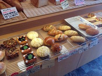 横浜大倉山にあるパン屋「ベッカライ オーデンセ」の店内