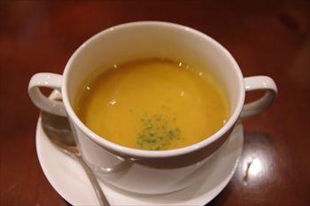 横浜関内にある「ビストロ ローブン横浜」のスープ