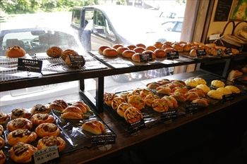 横浜長津田にあるパン屋「ブーランジェリー ニコ」の店内