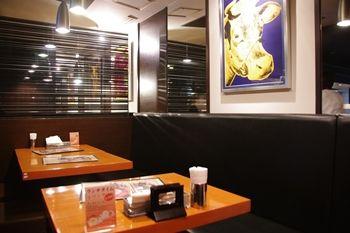新横浜にあるハンバーグのお店「陶板焼きハンバーグ 俵屋」の店内