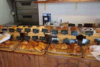 横浜瀬谷にあるパン屋「ボンヌ・ジュルネ」の店内