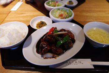 横浜中華街の「大連餃子基地 DALIAN(ダリアン)」の酢豚