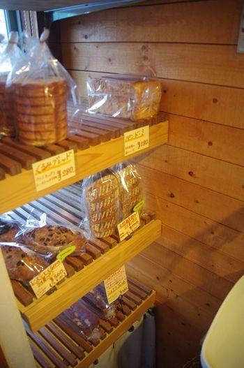 横浜金沢八景にあるパン屋「HUIT」の店内