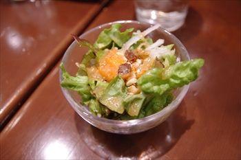 横浜関内にある「ビストロ ローブン横浜」のサラダ