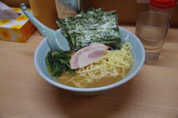 横浜日吉にある家系ラーメン店「武蔵家」のラーメン