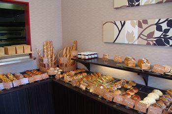横浜東神奈川にあるパン屋さん「Pain de U(パンドウ)」の店内