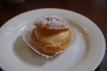 葉山にあるケーキショップ「フリューリング」のシュークリーム
