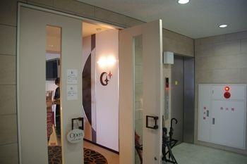横浜日本大通りにあるカフェ「G+(ジープラス)」の入り口