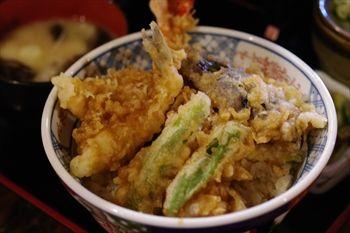横浜日本大通りにある蕎麦屋「味奈登庵」の天丼