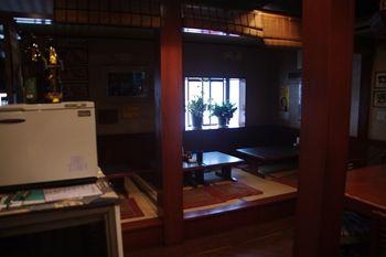 横浜東神奈川にあるとんかつ屋「せんのき」の店内