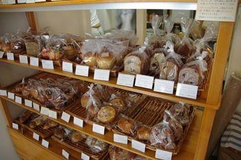 渋谷にあるおいしいパン屋さん「FLUffY」の店内