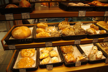 横浜コレットマーレにあるパン屋「ブレドール」の店内