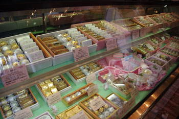 横浜日本大通りにある洋菓子店「かをり」の店内