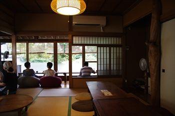 横浜妙蓮寺にあるカフェ「HUG CAFE」の店内
