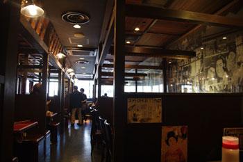 横浜シャルにあるおいしいお好み焼き屋「ゆかり」の店内