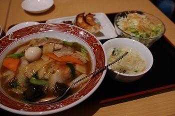 横浜大倉山にある中華料理店「餃子の福来」の中華丼セット