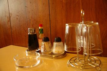 横浜野毛の老舗洋食屋「センターグリル」のテーブル