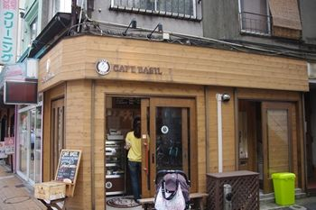 横浜野毛にあるカフェ「カフェ バジル」の外観