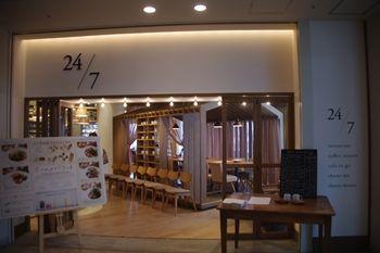 横浜みなとみらいにあるカフェレストラン「24/7」の外観