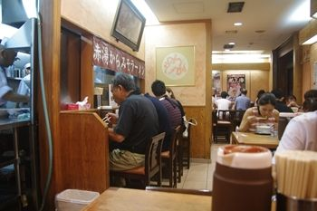 新横浜にある新横浜ラーメン博物館の龍上海の店内