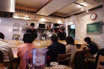 横浜伊勢佐木町にあるラーメ店「地球の中華そば」の店内