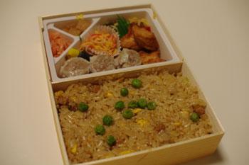 新横浜のお土産ショップにある崎陽軒で買った炒飯弁当