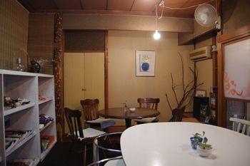 西横浜にあるカフェ「Midsummer Cafe 夏至茶屋」の店内