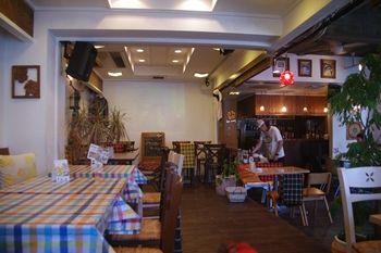 横浜にあるカフェ「ベンチ(BENCH)」の店内