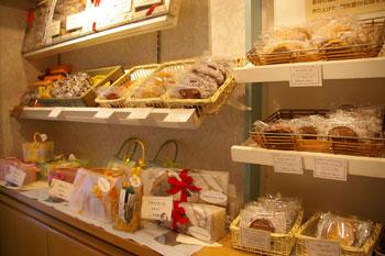 横浜白楽の洋菓子店「ルカフェ・プチガトー」の店内