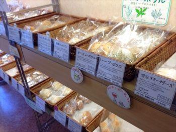 東京渋谷にある天然酵母のパン屋「パン工房 ドラゴーネ」の店内