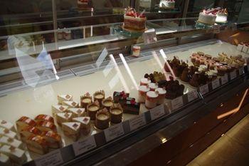 横浜北山田のケーキショップ「YUJI AJIKI」の店内