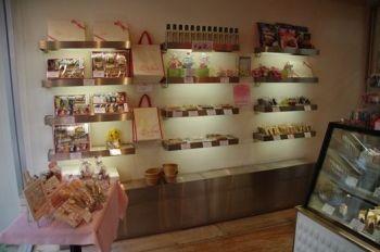 横浜中川にあるケーキショップ「ハッピーバースデー」の店内