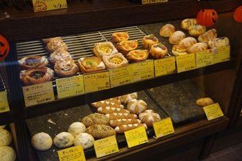 学芸大学にあるパン屋「Panaderia TIGRE」の店内