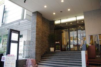 新横浜ラントラクトにあるカフェ&バー「ラ・メゾネ」の外観