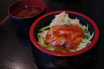 横浜岸根公園にあるお寿司屋「まぐろ一家」の親子丼