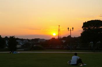 横浜根岸森林公園の原っぱからの夕日