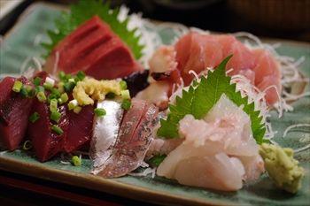 逗子マリーナの近くにある魚介料理のお店「めしやっちゃん」の刺身