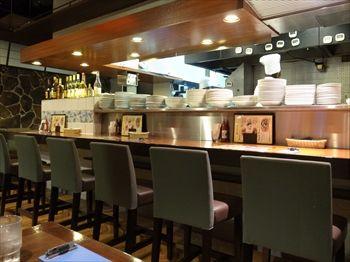新横浜にあるイタリアン「チンチンバー イタリアーノ」の店内