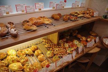 川崎にあるパン屋「NOBU Cafe」の店内