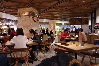 横浜新山下のカフェ「WIRED KITCHEN(ワイアードキッチン)」の店内
