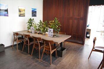 新横浜にあるおにぎり専門店「おにぎりカフェ うめ乃」の店内
