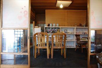 横浜浅間町にあるカフェ「夏至茶屋」の店内
