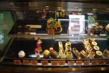 葉山にあるケーキショップ「サンルイ島」の店内