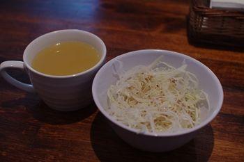 横浜駒岡にあるハンバーグのお店「斉藤精肉店」のサラダとスープ