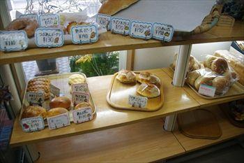 横浜黄金町にあるパン屋「パン工房 カメヤ」の店内
