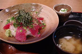 横浜コレットマーレにあるレストラン「海ぶん鍋ぶん」のまぐろ丼